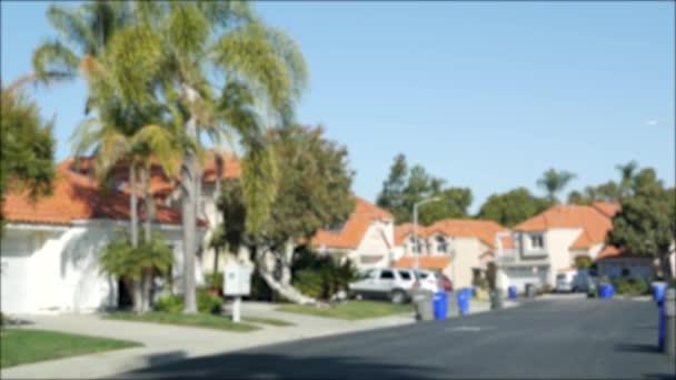 Külvárosi ingatlan, ingatlan lakónegyedben, San Diego megye, Kalifornia USA. Elhagyatott tipikus kertvárosi környék. Egyedülálló családi házak, drága ingatlan. Klasszikus otthonok sora