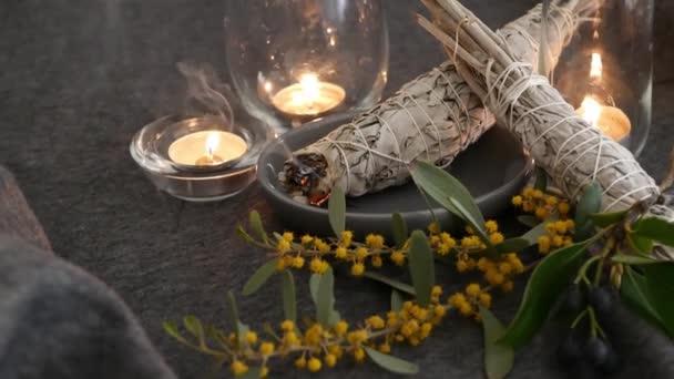 Sušená bílá šalvěj šmouha tyčinka, relaxace a aromaterapie. Šmouhy během okultního obřadu, bylinného léčení, jógy nebo čištění aury. Základní kadidlo pro esoterické rituály a věštění