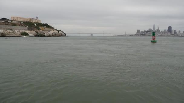 Alcatraz Insel in der Bucht von San Francisco, Kalifornien USA. Bundesgefängnis für Gangster auf Felsen, neblig. Historisches Gefängnis, Klippe im nebelverhangenen Hafen. Haftstrafen und Haftstrafen für Verbrechen