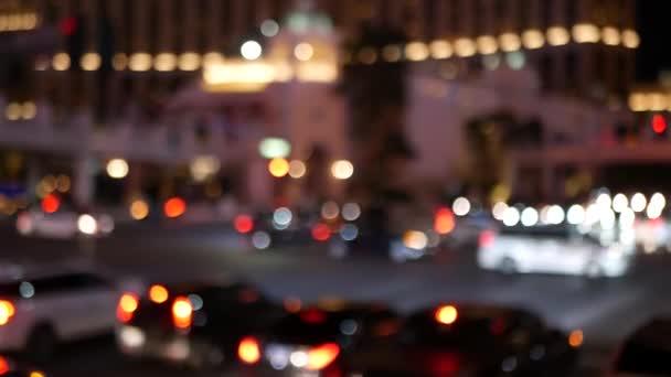 Defokused báječný Las Vegas Strip bulvár, luxusní kasino a hotel, herna v Nevadě, USA. Noční život a provoz v blízkosti Fremont Street v turistické peníze hrát resort. Neonová světla města hříchu