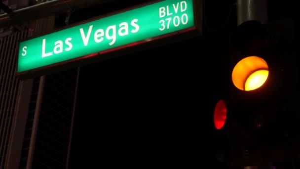 Fabulos Las Vegas, dopravní značka zářící na Stripu v hříšném městě USA. Ikonická cedule na cestě do Fremont Street v Nevadě. Osvětlený symbol hraní peněz v kasinu a sázek v herní oblasti
