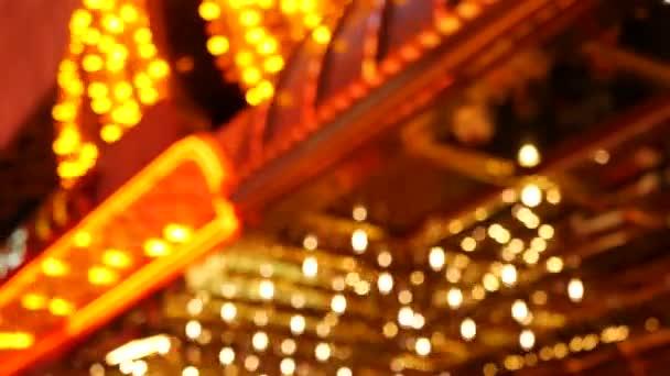 Rozostřené staré, fascinované elektrické lampy svítící v noci. Abstraktní zblízka rozmazané retro kasino dekorace třpytí, Las Vegas USA. Iluminated vintage style bulbs glittering on Freemont street