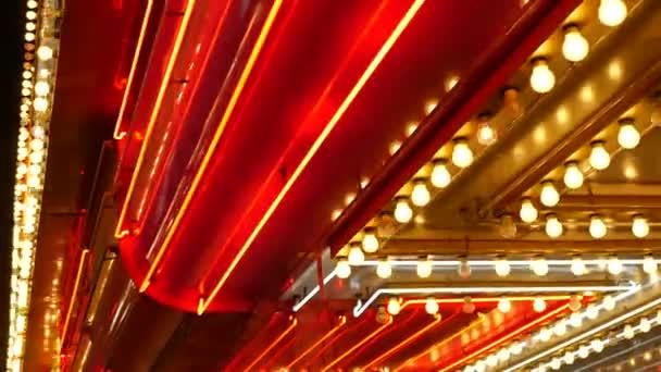 Staré fašované elektrické lampy blikaly a svítily v noci. Abstraktní zblízka retro kasinové dekorace třpytící se v Las Vegas, USA. Iluminated vintage style bulbs glittering on Freemont street
