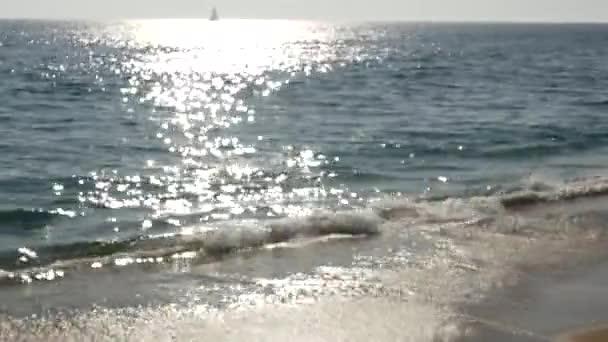 Kalifornská letní pláž estetická, rozmazaná rozostřená vlna vody. Lesklá sluneční stopa a sluneční světlo. Santa Monica Tichý oceán resort. Snové klidné mlhavé pozadí. Nejasné klidné idylické moře