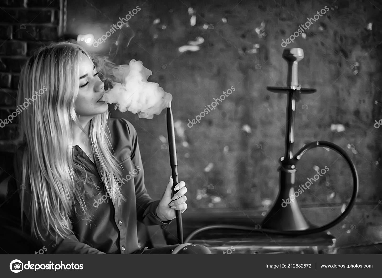 Blond černé kouření