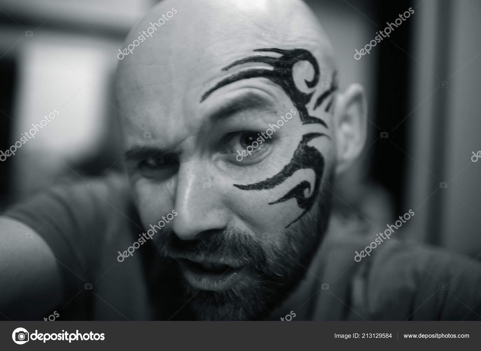 Retrato Hombre Barbado Brutal Con Tatuaje Cara Foto De Stock