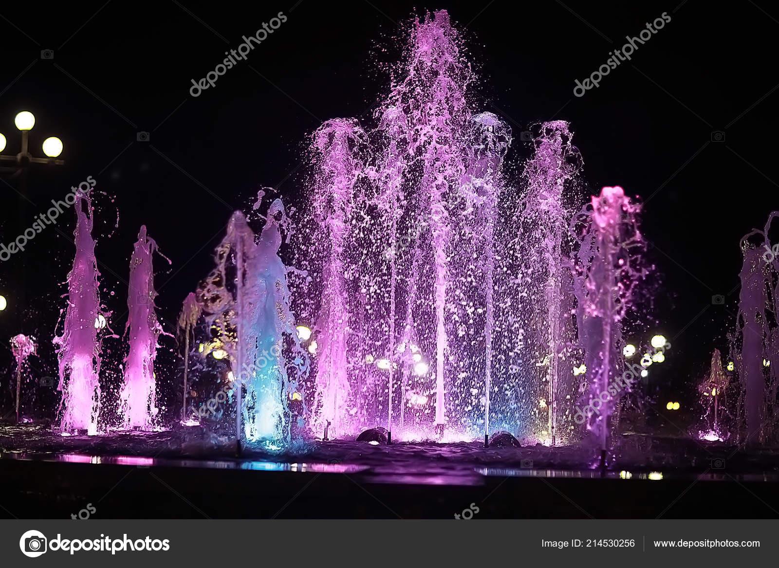 Getti D Acqua Fontane.Getti Acqua Colorato Una Fontana Illuminazione Notte Della