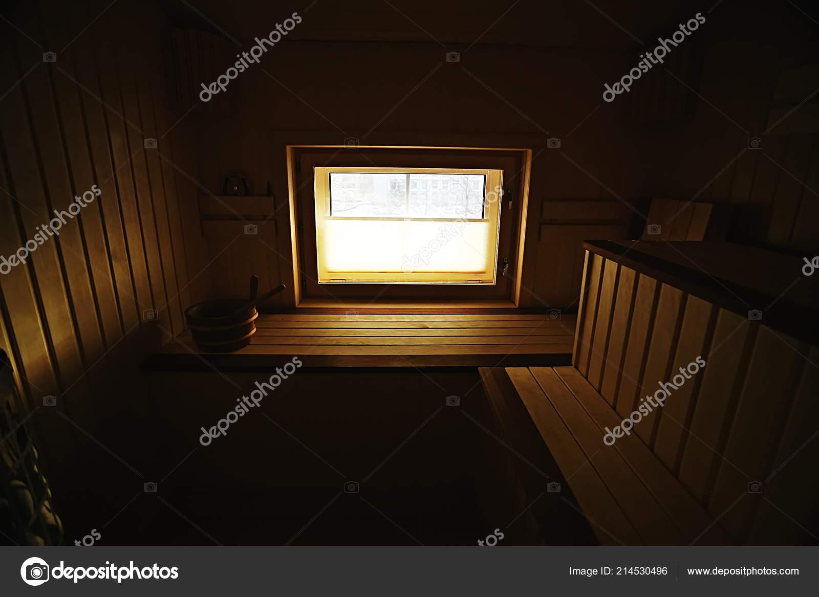 sauna houten interieur baden houten bankjes ligstoelen accessoires voor sauna stockfoto