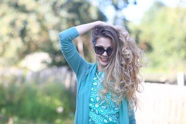 """Картина, постер, плакат, фотообои """"веселая блондинка в солнцезащитных очках / молодая красивая девушка, солнцезащитные очки, женщина летний вид"""", артикул 310074912"""