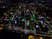 Die Innenstadt von Mobile, Alabama am Flussufer in der Nacht