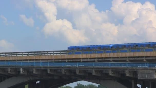 Metro vlak přejíždí most přes řeku Dněpr, Kyjev, Ukrajina