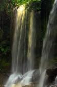 Una splendida cascata illuminata dal sole nella giungla della Cambogia. Il paesaggio nella zona cascata nella foresta pluviale di Phnom Kulen national Park, uno dei luoghi nella regione di Siem Reap