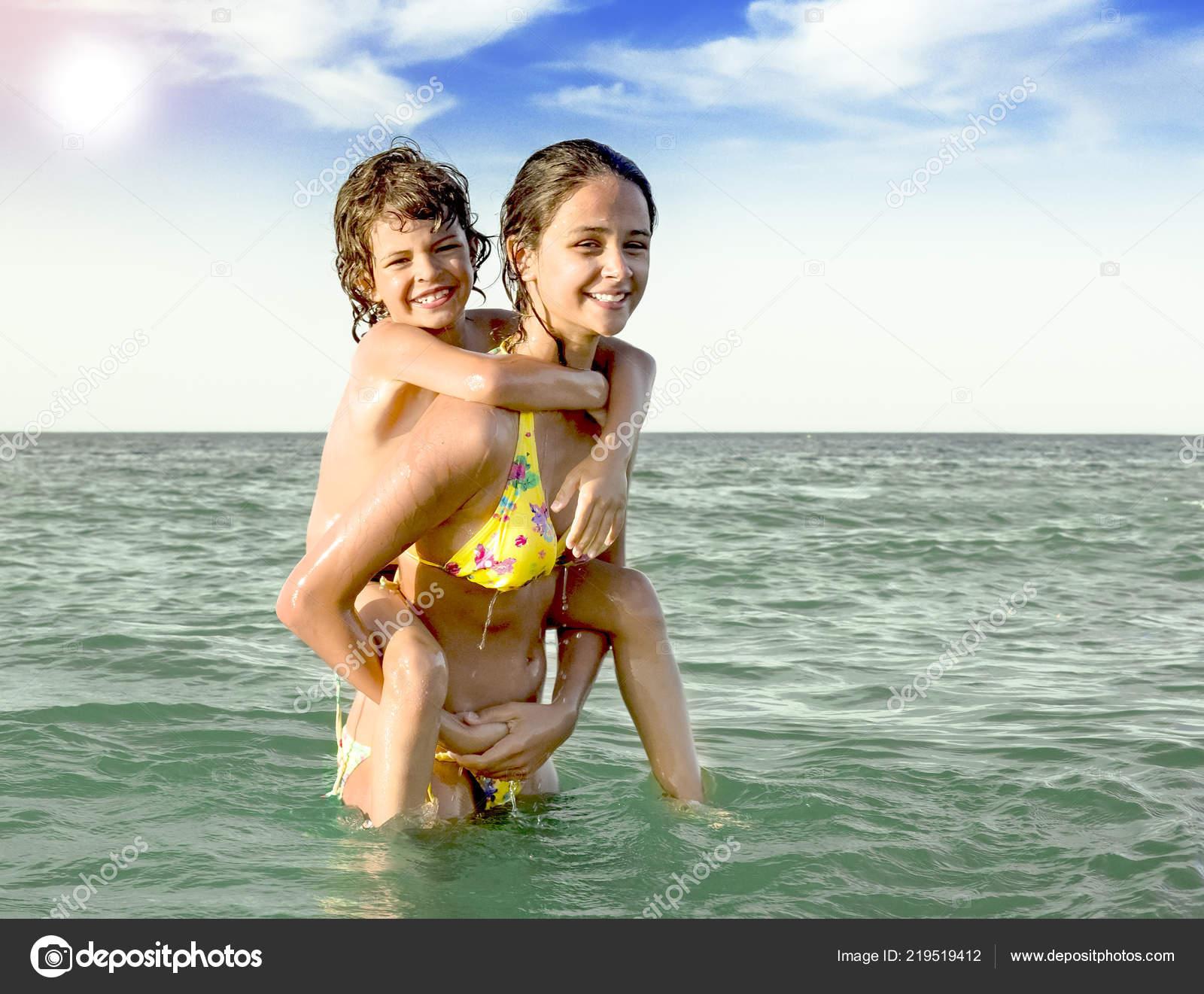 Сестра с братом купаются фото, Брат трахнул сестрицу в попку и другие порно фото 18 фотография