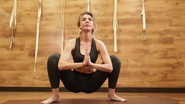 Portrét krásné ženy cvičit ve fitness studiu, dělá jógu póza a pilates exercise.slow pohybu