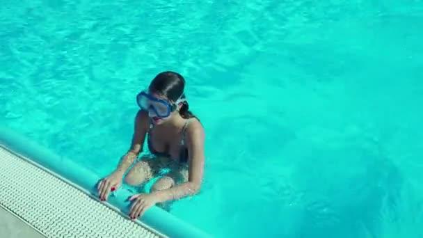 Szépség tini lány búvárkodás medencében nappal