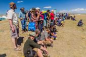 SONG KOL, KYRGYZSTAN - 25. JULI 2018: Besucher des National Horse Games Festival am Ufer des Son Kol Sees