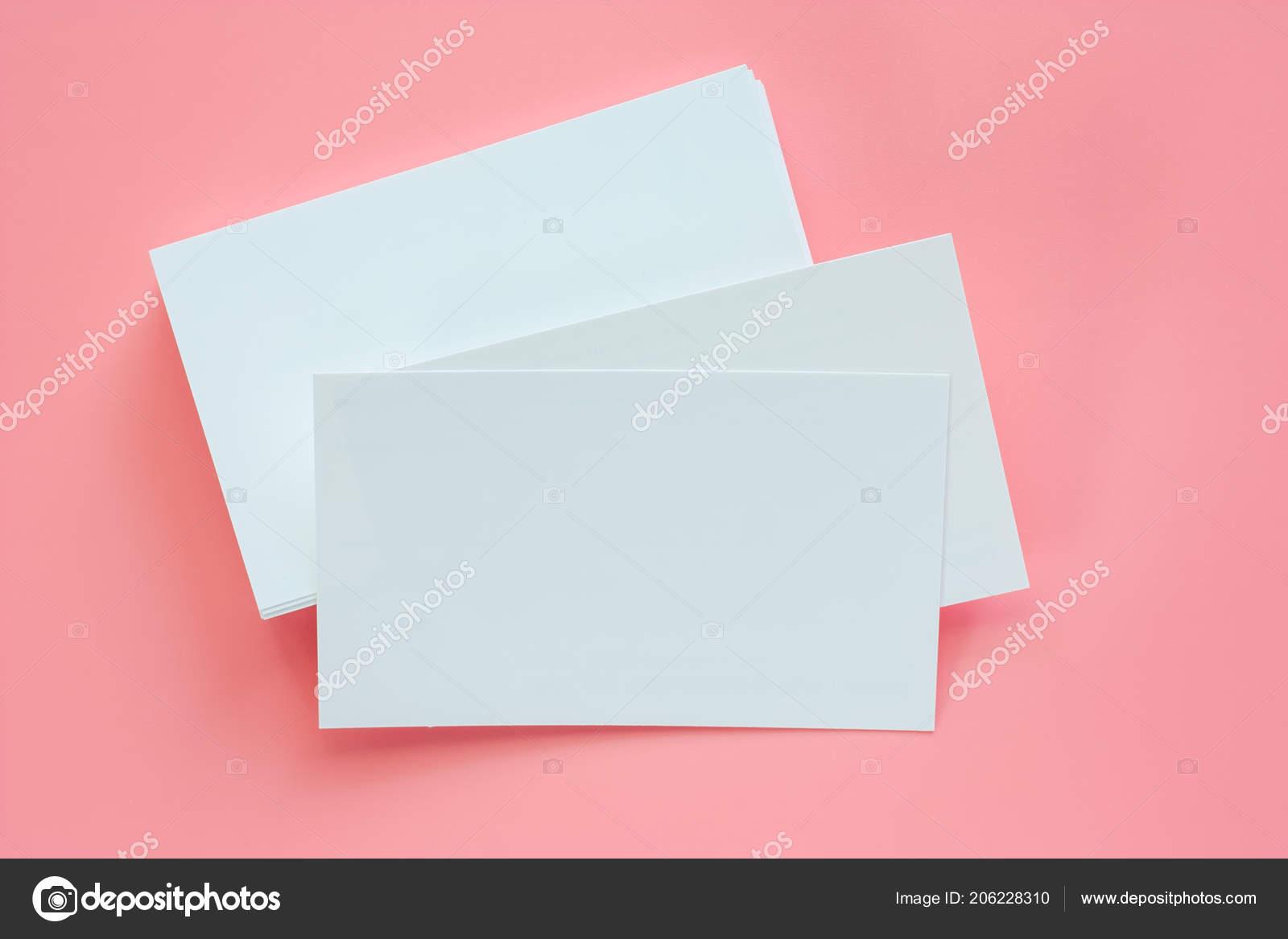 Leere Visitenkarten Auf Rosa Hintergrund Stockfoto