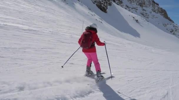 V hnutí boční pohled, Žena lyžaře lyžování sjezdového horského střediska