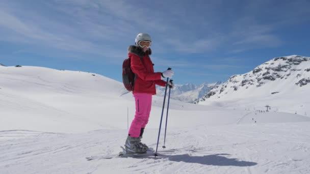 Portrét s úsměvem lyžař Kavkazský žena stojí na svazích lyžařského střediska