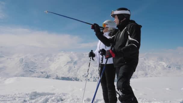 Lyžaři viděl zajímavý v horském údolí a sobě