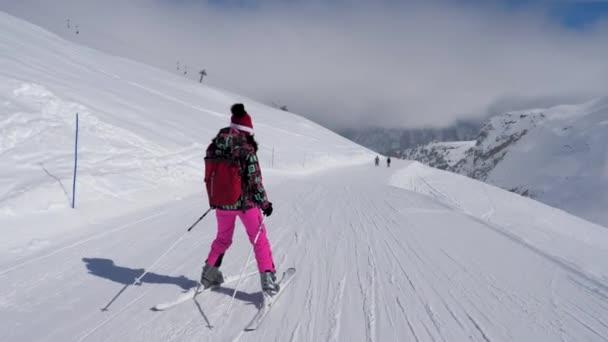 Lyžař žena se pomalu lyžování na sjezdovce v Mountain
