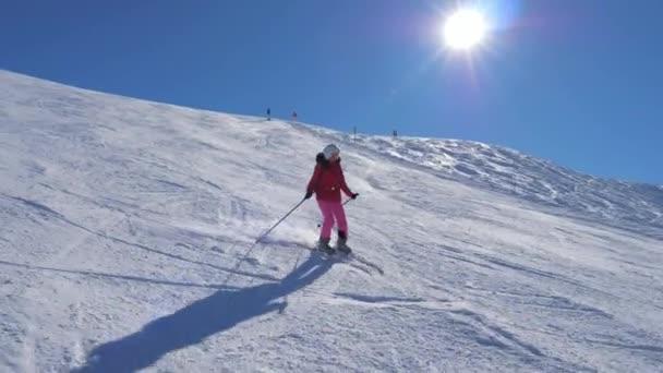 Skifahrer fährt auf der Piste Ski und dreht die Schneeschaufel
