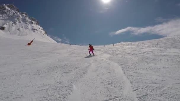 Lyžař začátečník je lyžování dolů na sjezdovky v pohoří