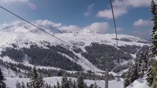 Nasnímané proti pohybu na židli lyžařský vlek v horách v zimě