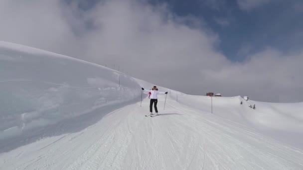 Lyžaři na svahu hory lyžování v zimě a vyvolává ruce