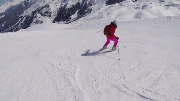 Aktive Skifahrer fahren im Winter mit Alpinski von den Berghängen herunter