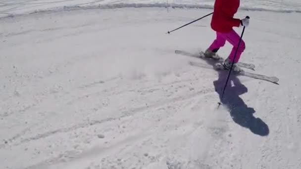Closeup lyžař nohy dolů z hory v zimě lyžování