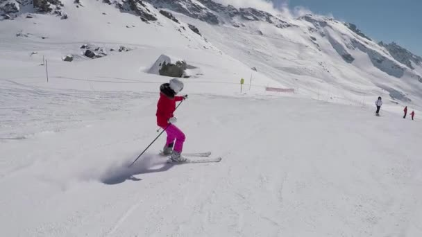 Lyžař lyžování dolů na horském svahu v zimě a brzda lyže k zastavení