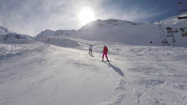 Skifahrer beim Skifahren am Berghang Winter auf einem Ski, der Schneepuder versprüht