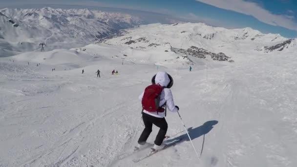 Stará žena lyžař se s obtížemi na svahu hory v zimě lyžování