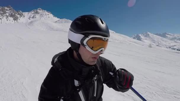 Selfie A portrét lyžaře, lyžování na horách v zimě