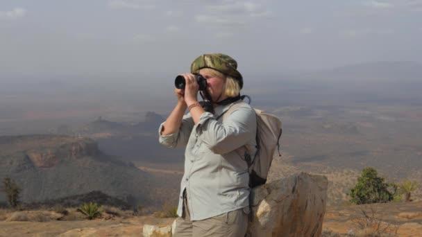 Tourismus am Gipfel des Berges macht Fotos von der malerischen Landschaft