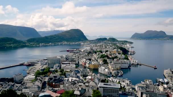 Panorama města Ålesund na pobřeží zálivu v norské fjordy