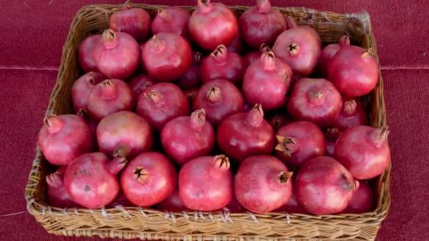 Zralé čerstvé granátové jablko ovoce leží v krabici na stole zblízka