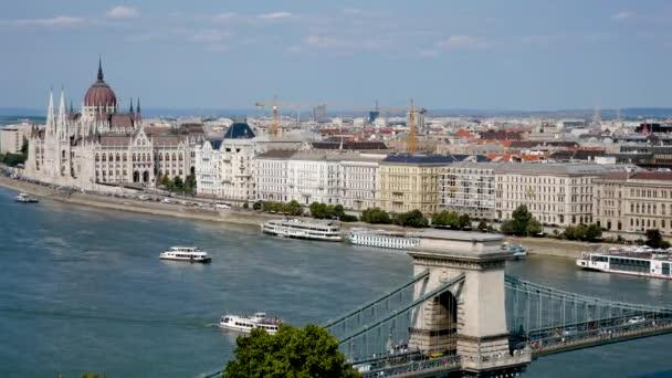 Budapest, Magyarország-augusztus 27, 2018: Lánchíd, a Duna folyó hegyre néző felett