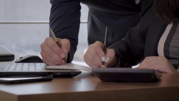 Kezek-ból Hivatal munkás ki ír-val egy toll-ra egy ábra tervez-on iskolapad