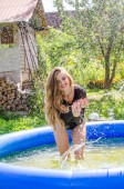 Bella donna abbronzata in blu costumi da bagno rilassante in piscina centro benessere