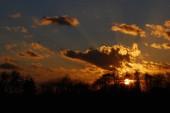 Abstraktní příroda pozadí. náladová růžové, fialové a modré slunce oblohou