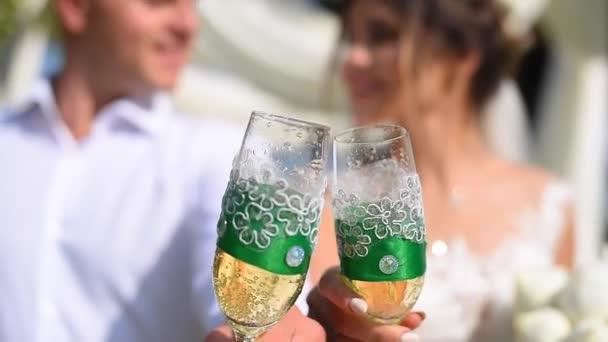 Brautpaare trinken Champagner bei ihrer Hochzeit. Prost