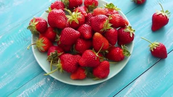 Čerstvé jahody. Jahodové pozadí. Textura makra. velké jahody. Na modrém pozadí. Sklízení čistých místních jahod.