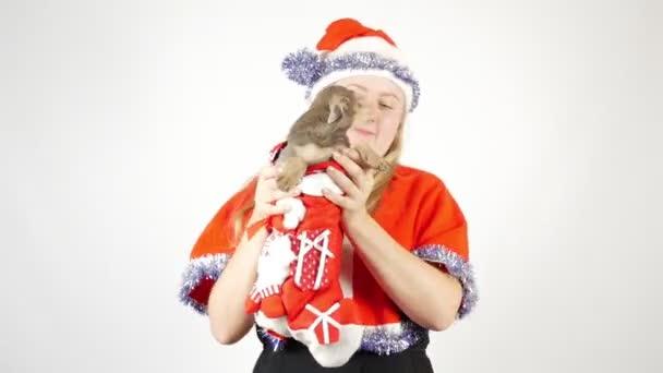 Portré egy kutyás lányról. Karácsony vagy újév