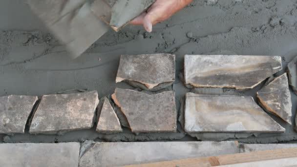 Staré dlaždice recyklaci, terasa nebo chodníku tvorby, dlaždici kusů, Malty a lepidla na dlaždice s pracovníky rukojetí umístění dlaždic