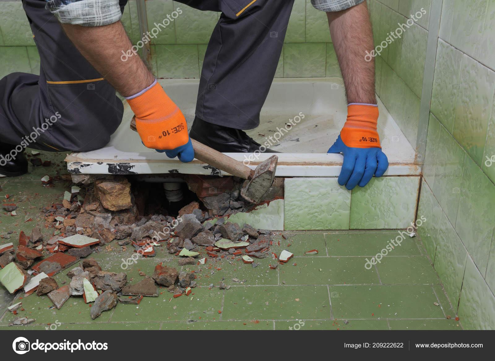 Tegels Badkamer Verwijderen : Werknemer verwijderen slopen oude bad tegels met hamer een badkamer