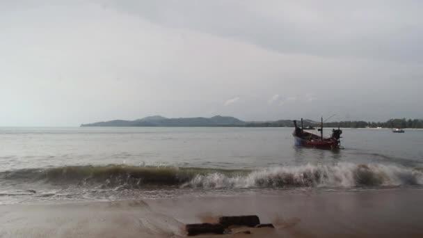 Lágy hullámok ütő a hullám a kék óceán Hit homokos strand hajóval, a tenger partján