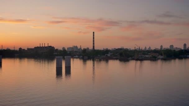 Letecký pohled nad rafinérii továrny poblíž říční vody, hutnických zařízení poblíž moře, potrubí z ocelárny a vysokých pecí, ekologické