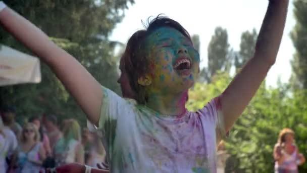 Asijské dívky šťastný je zvýšení ruce za deště na holi festival Délka dne v létě, barevný koncept, emocionální koncept